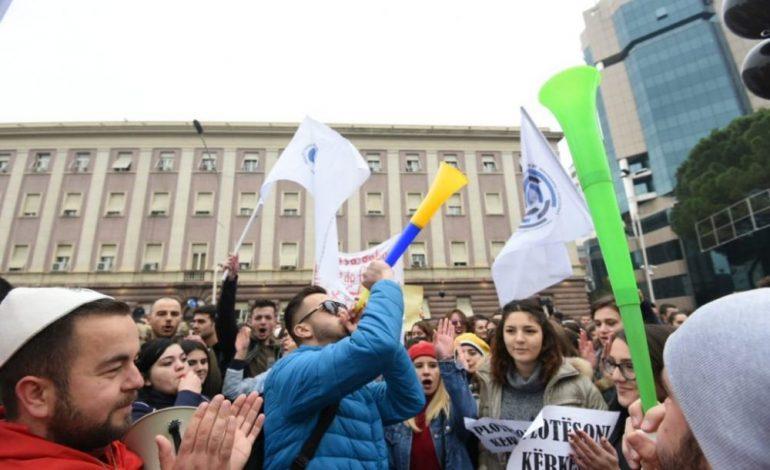 ÇAPAJEV GJOKUTAJ/ Protesta përballë stërkëmbshave të politikës