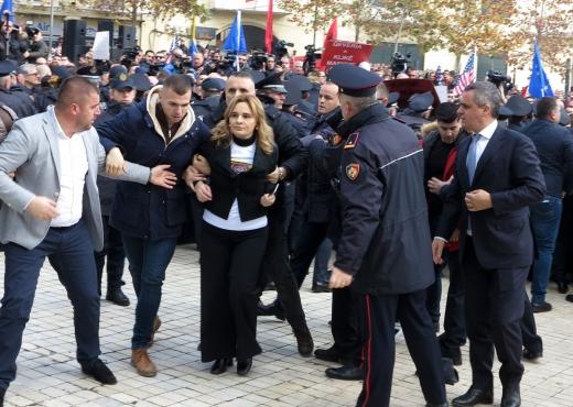 MERO BAZE/ Një opozitë e refuzuar nga protestuesit e lirë