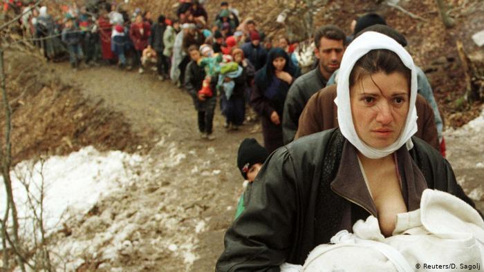 SIMBOLI I EKSODIT/ Fotografia që shkroi historinë, flet pas 20 vitesh nëna dhe Besa, foshnja që mbante në gji…