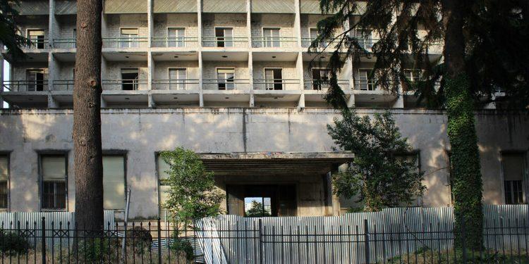 """ARDIT RADA/ """"Teatri, teatri""""… por si e shiti Berisha """"Hotel Dajtin"""", që është i shpallur Monument Kulture"""